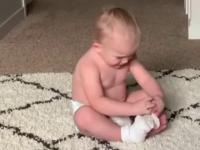 Bobasek zakłada skarpetki