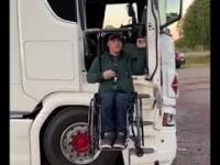 Kierowca Bernie Bergan prezentuje jak wsiada do swojej ciężarówki
