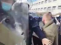 Młody agresywny milicjant odwala dziwne akcje