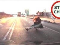 Piesza wbiega przed samochód - bądź czujny na drodze
