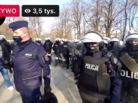 Policjant filmuje kamerą z zamkniętym obiektywem