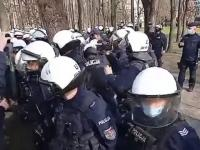 Policjant kopie świecę dymną w ludzi po czym pałuje zwracającego uwagę