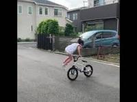 Młoda nabrała umiejętności na swoim rowerze