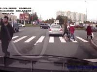 Kierowca kozaczył na pasach i dostał w nos. Instant KARMA
