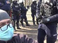 Siedział sobie człowiek w parku. POLICJA ma co robić. Kordon kilkudziesięciu policjantów 10.04.21r.