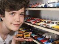 Nastolatek i jego piękna kolekcja aut PRL-u