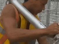 Skoczny Azjata w pracy na budowie