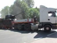 Trudny wyjazd z czołgiem na lawecie z poligonu w Kołobrzegu