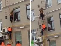 Odśnieżanie dachu w Rosji