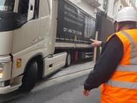Paryska dostawa towaru na budowę