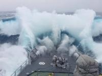 Okręt wojenny uderzony przez potężną falę