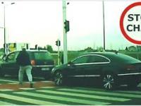 Sprzeczka kierowców, próba potrącenia i uszkodzenie auta