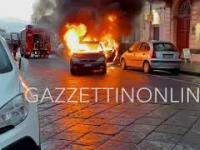 Palące się auto ucieka strażakom