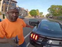 Rowerzysta grzecznie prosi agresywnego kierowcę o nieparkowanie na ścieżce rowerowej