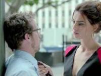 Urocza i długonoga kobieta w reklamie Abartha