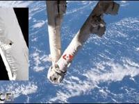 Ramię robota stacji kosmicznej trafione przez odłamki kosmicznego złomu