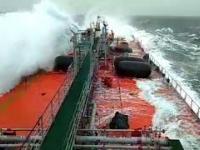 Ogromna fala na Morzu Bałtyckim uszkadza tankowiec