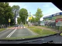 Kierowca BMW omija na pasach i prawie przejeżdża dziecko.
