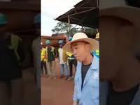 Afrykański pracownik walczy z chińskim szefem