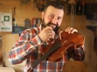 Człowiek, który tworzy skrzypce... dzięki Bogu!