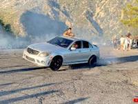 Bolesna nauczka dla młodego kierowcy. Zniszczył Mercedesa C63 AMG paląc gumę