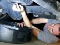 Młodemu w warsztacie samochodowym zawsze olej w twarz