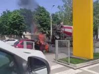 Operator Gruszki gasi palący się samochód