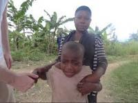 Dziecko w Afryce pierwszy raz na oczy widzi białego człowieka