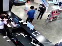 Dzieci bawiące się w sklepie, nagle na jednego z nich runęła szyba