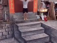 Koleś narysował sobie schody