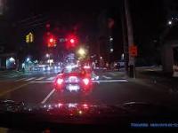 Cwaniak wrzuca fajerwerki do kabrioletu a potem ucieka