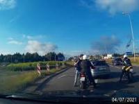 Niezrównoważony kierowca Audi atakuje motocyklistę
