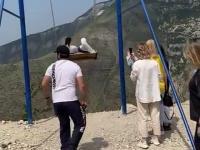 Dwie kobiety w Rosji cudem uniknęły śmierci, spadając z huśtawki na krawędzi urwiska