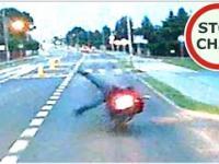 Wywrotka motocyklisty - wyprzedzanie po wysepce