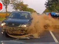 Opel taranuje dwa pojazdy na przeciwległym pasie ruchu