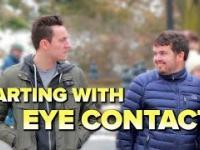 Puszczanie bąków wraz z kontaktem wzrokowym