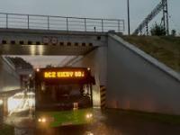 Zalany wiadukt i kierowca autobusu z dobrym humorem