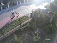 Mietek jedzie na rowerze