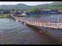 Próba brawurowego przejazdu przez most w Rosji