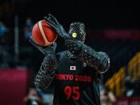 Robot Japońskiej produkcji - koszykarz podczas przerwy w meczy USA - Francja rzuca piłką...