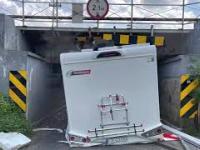 Kierowca zniszczył nowego kampera. Nie zmieścił się pod wiaduktem