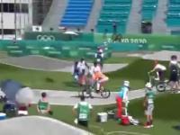 Oficjel olimpijski wchodzi w drogę holenderskiemu BMX-owcowi i powoduje wypadek