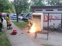 Strażacy wyciągają pijanego mężczyznę z kontenera na odzież