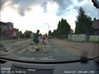 Rowerzysta przejeżdża rowerem po przejściu dla pieszych na czerwonym