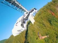 Wyskoczył z samochodu na moście ze spadochronem na plecach