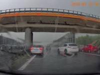 """Barany """"parkują"""" pod wiaduktem na autostradzie - A4 Tarnów-Kraków"""