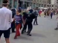 Niemiecka policja podczas protestu brutalnie powala na ziemię, także kobiety