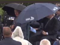 Boris Johnson, premier Wielkiej Brytanii ma małe problemy z parasolką