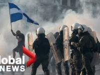 Dymy w Atenach w Grecji na protestach w sprawie szczepień