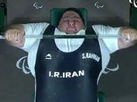 Niepełnosprawny podnosi 310kg na klatę